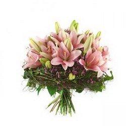 «Лирика» Такой роскошный букет можно подарить кому угодно. Каждый цветок согреет сердце и неприступной красавицы, и сурового начальника, и вообще – кого... Доставка в Порецкое.