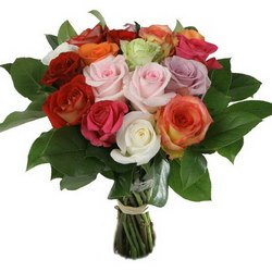 «Три счастливых дня» Букет из роз разных цветов, оформленных голландской зеленью. Освежите приятные воспоминания! Доставка в Клуколово.