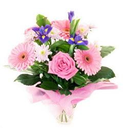 «Какая прелесть!» Восхитительный букет из розово-сиреневых роз, весенних ирисов и розовых гербер. Прелестный букет для девушки.