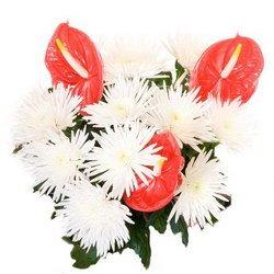«Путь к успеху» Обычно все начинается с мечты… Красные антуриумы на белоснежном фоне одноголовых игольчатых хризантем завораживают ваш взгляд.  Доставка в Кыстатыам.