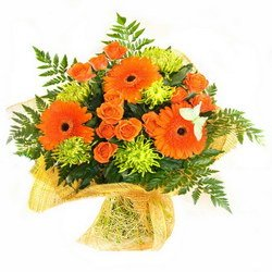 «Желаю тебе...» Этот букет станет приятным дополнением к любому торжеству. Герберы и зеленые крупные хризантемы. Доставка в Ретинское (г.Полярный).