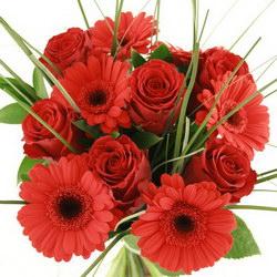 «Страсть» Красивые красные розы, красные бархатные герберы и зелень трав делают этот букет полным страсти и любви.  Доставка в Ретинское (г.Полярный).