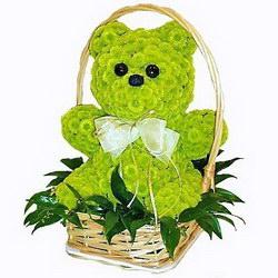 «Подари меня» Забавная цветочная игрушка из хризантем в корзине с зеленью. Этот подарок доставит много радости и улыбок.