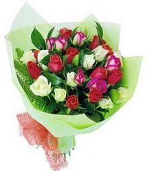 «Лагуна» Элегантный букет из ярких роз и яркой упаковки. Доставка в Порецкое.