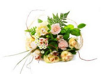 «Леди» Привлекательный букет из кремово-розовых роз, хризантемы-ромашки и зелени создаст неизгладимое впечатление.