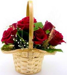 «Красная шапочка» Очаровательная корзиночка роз и зелени. Отличный подарок по любому случаю.
