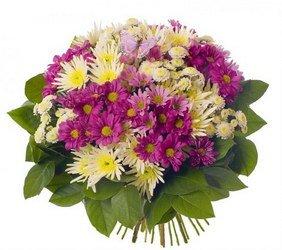 «Думай обо мне» Яркий радостный букет из разноцветных (белых, желтых, фисташковых, розовых) хризантем, украшенный  листьями разнообразной зелени.   Доставка в Чулково.