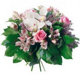 «Шарм» Шикарный букет с орхидеей, сиренью и розовыми розами, подчеркнут насыщенной зеленью. Стиль и аромат не оставят ее равнодушной. Внимание, сирень -...