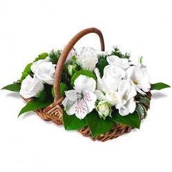 «Подарок Ангелу» Корзина свежих цветов в оттенках белого и зеленого. Великолепное сочетание нежных цветов альстромерии , эустомы и роз. Тонкий цветочный аромат...