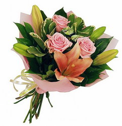 «Карамелька» Великолепный букет очаровательных нежно-розовых роз и лилий – всегда актуальный цветочный презент. Доставка в Торбеево.