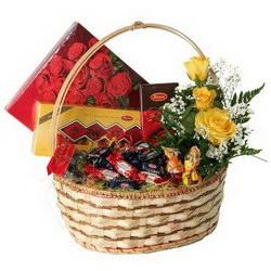 «Шоколадному гурману» Набор шоколадных конфет, шоколада с небольшой цветочной композицией вкусный и приятный подарок по любому случаю.