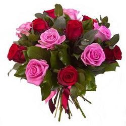 «Чудесное настроение» Доставляем чудесное настроение с ароматными розами двух цветов средней длины.