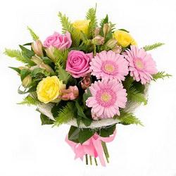 «Поверь в мечту» Нежный букет из роз, альстромерий  и гербер с зеленью в каркасе.