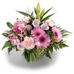 «На встречу» Нежный букет в нежно-розовых тонах из трогательной герберы, ароматной нэрине и дивных сиреневых роз. С этим букетом вы для нее волшебник.