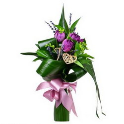 «Ключ к сердцу» Яркий и ароматный букетик тюльпанов и лаванды. Доставка в Таежку.
