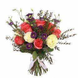 «Румянец» Яркий букет из алых, белых роз и черничных трогательных эустом( лизиантусов), окутанных нежным ароматным эвкалиптом. Этот букет будет прекрасным...