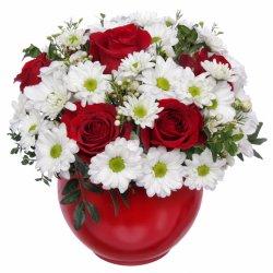 «Привет!» Очаровательная композиция в красном с белыми трогательными ромашками.