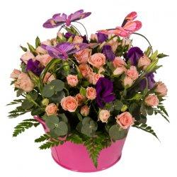 «Бабочки» Нежная цветочная композиция из розовых кустовых роз и фиолетовой эустомы в металлическом контейнере. Используется также декоративная ароматная...