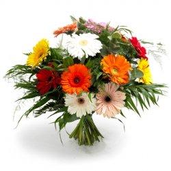 «Желаю!» Яркий, красочный букет и свежих разноцветных гербер с зеленью ароматного эвкалипта и аспарагуса.